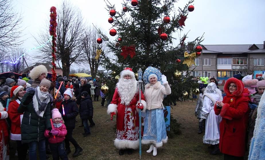 Через всю Гродненщину – в Елку. Новогодние чудеса с ёлкой, Дедом Морозом и Снегурочкой в агрогородке Елка