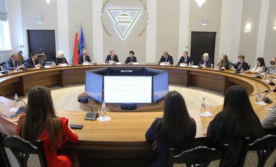 Около 90 преподавателей и студентов Купаловского университета накануне Дня народного единства пополнили ряды «Белой Руси»