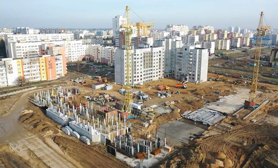 В Белых Росах – первые новоселья. На месте бывшей деревни возводят жилой комплекс (+видео)