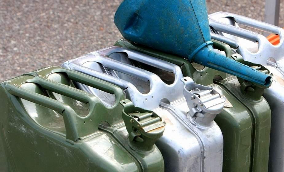 Лил мимо бака. В Гродно инструктор автошколы присвоил около 200 литров  топлива