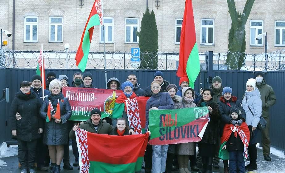 «В самый тяжелый момент они отстояли страну!». Гродненцы вышли на акцию в поддержку силовых структур