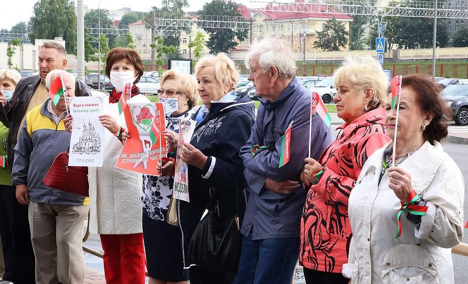 Ветераны города собрались на акцию «Руки прочь от Беларуси» у польского консульства в Гродно