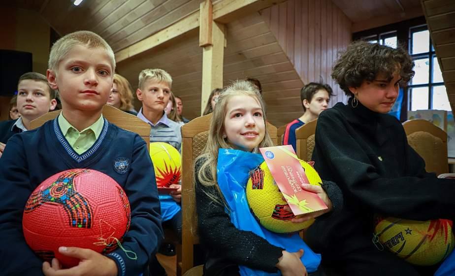 Подарки к школе, праздник для детей и общение за круглым столом на животрепещущие темы. В Лидском замке организовали праздник для неполных семей