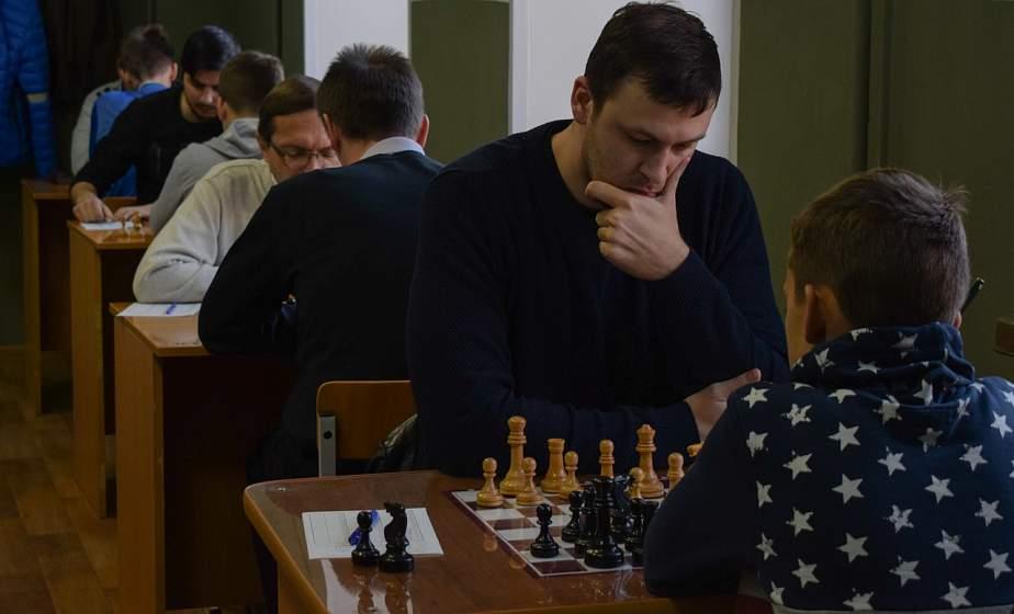 Стальной характер, выдержка и «подножки» от противников: в Гродно проходит чемпионат области по шахматам