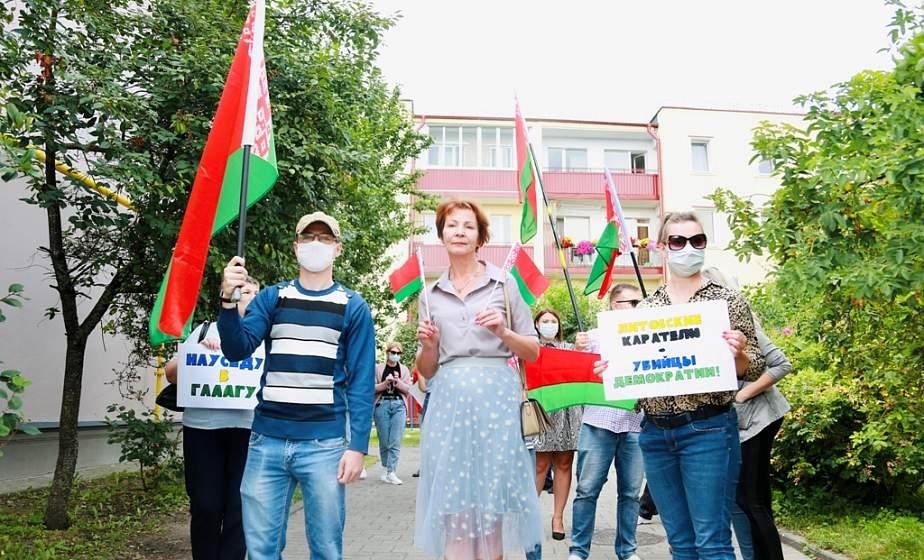 У здания Генерального консульства Литвы в Гродно прошел пикет протеста против жестокого отношения литовских властей к мигрантам