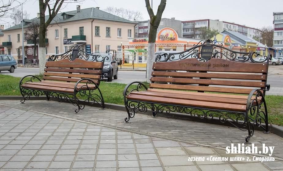 В Сморгони на пешеходном бульваре начали установку скамеек с гербами всех районов Гродненщины