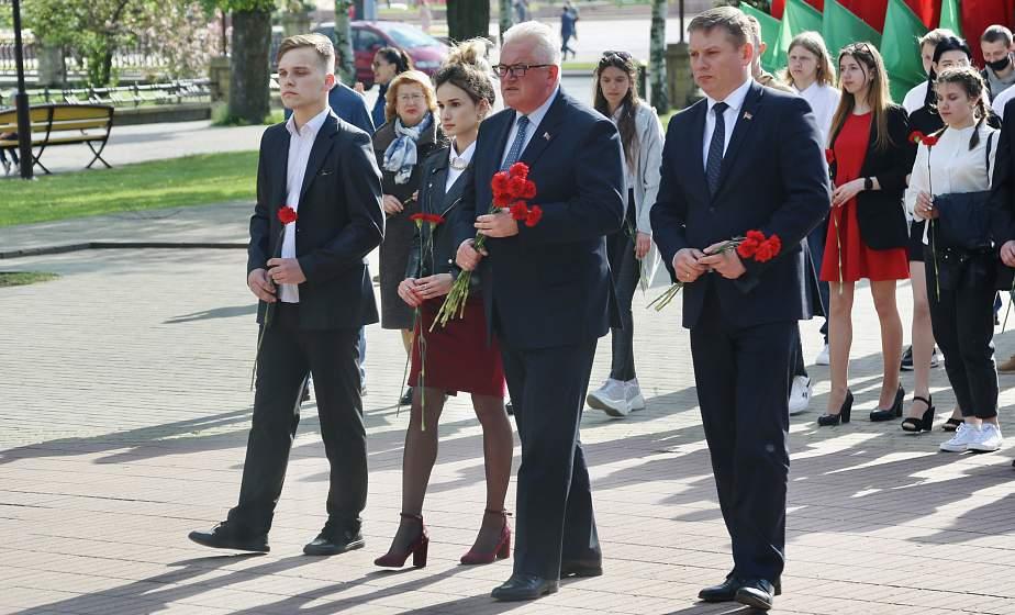 Участники финала республиканского фестиваля-конкурса «Арт-вакацыі- 2021» возложили цветы к братской могиле в парке имени Жилибера