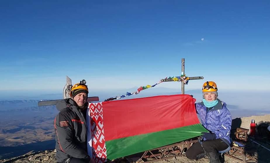 Семья из Минска поднялась с белорусским флагом на высочайший вулкан Северной Америки