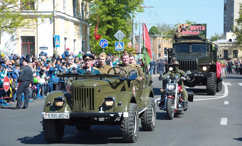 «Пробег Победы» в Гродно: оригинальный мотоцикл военного времени и автомобиль-амфибия