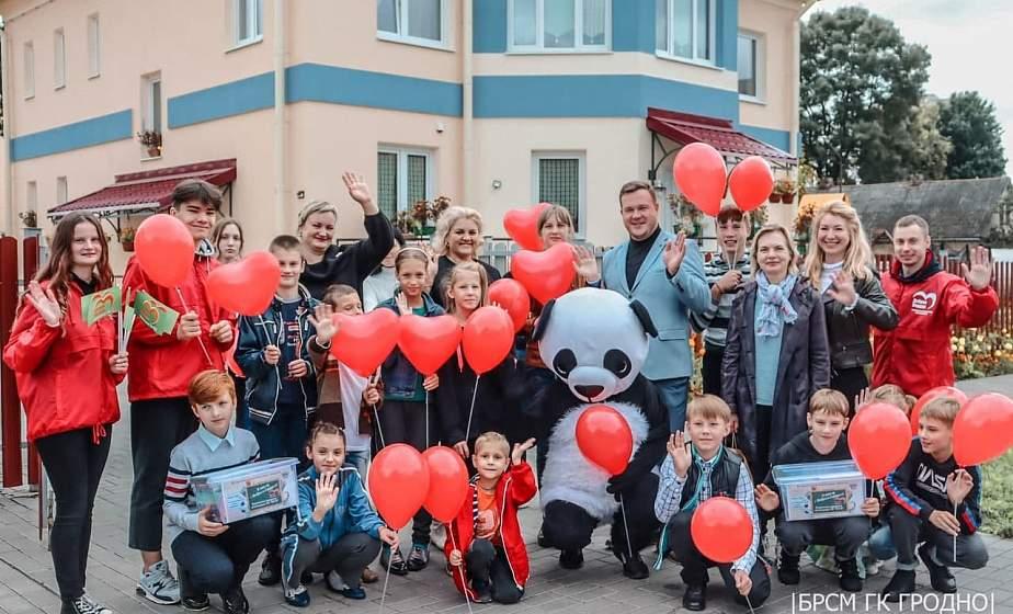 В школу с «Добрым сердцем!». Волонтеры БРСМ поздравили с наступающим Днем знаний воспитанников домов семейного типа в Гродно
