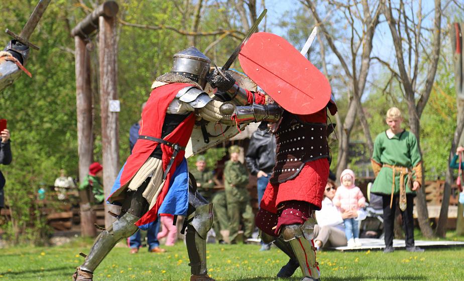 Бои «стенка на стенку» и рыцарские поединки. Как прошел фестиваль славянских боевых искусств «Неманский рубеж»