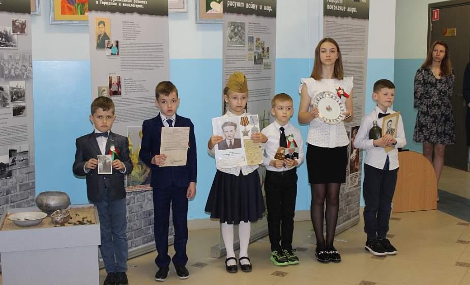 """В память о героях и жертвах. В СШ №39 открылась выставка """"Поколение мира о войне и мире"""""""