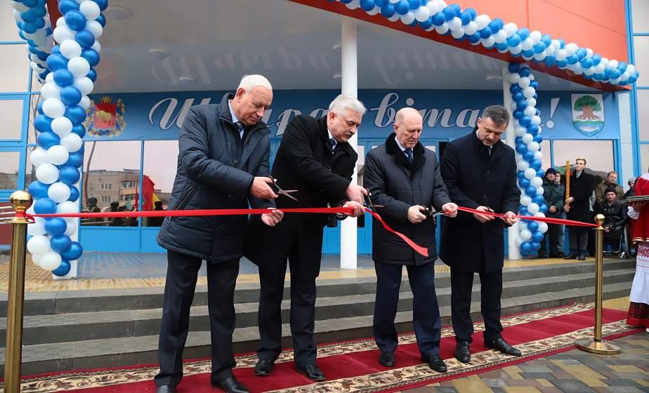 Супероснащенная тренажерка, трибуны на 750 мест и площадка для ворткаута. В Островце открыли новый спорткомплекс