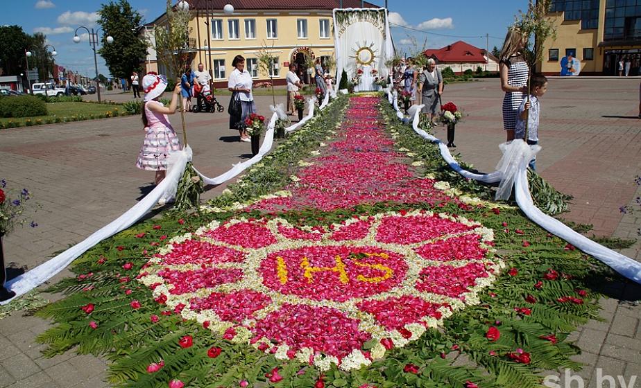 В Ивье в честь католического праздника выложили улицы цветочными коврами