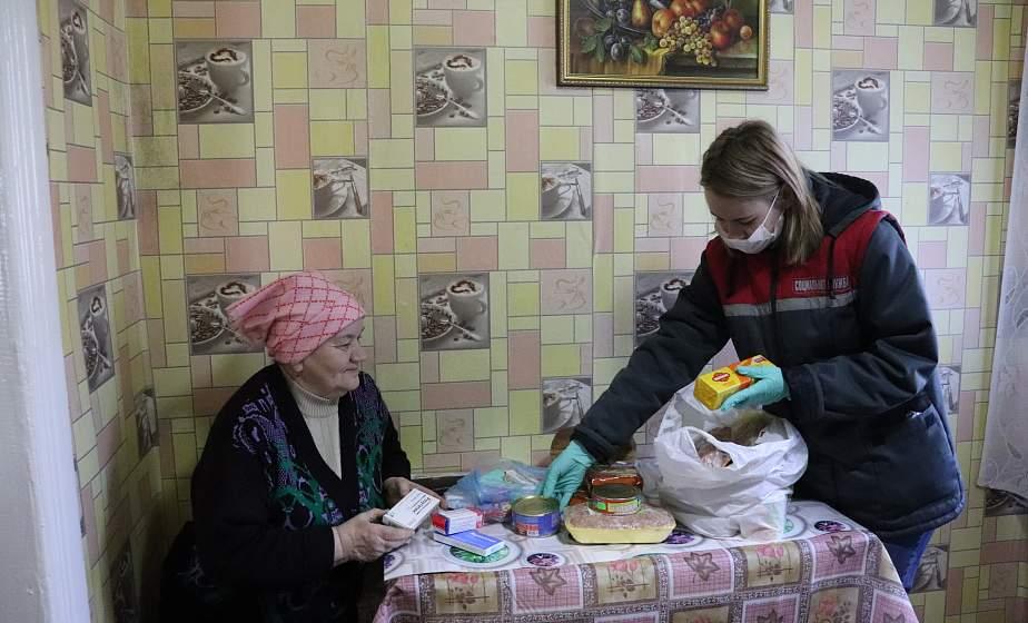 Около 700 человек уже воспользовались помощью соцслужб и волонтеров в доставке продуктов и лекарств на дом