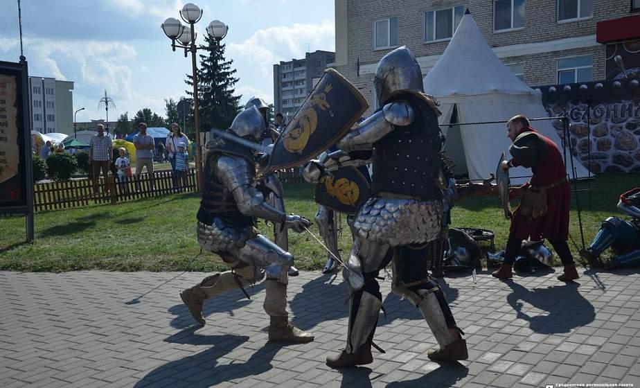 Прымяралі касцюмы рыцараў, бралі ўдзел у сярэднявечных танцах. Рыцарскія забавы ў Слоніме