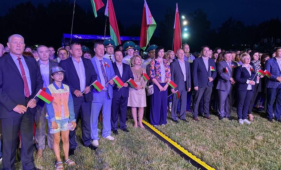 В Гродно День Независимости завершился акцией «Споем гимн вместе» и праздничным салютом (+видео)