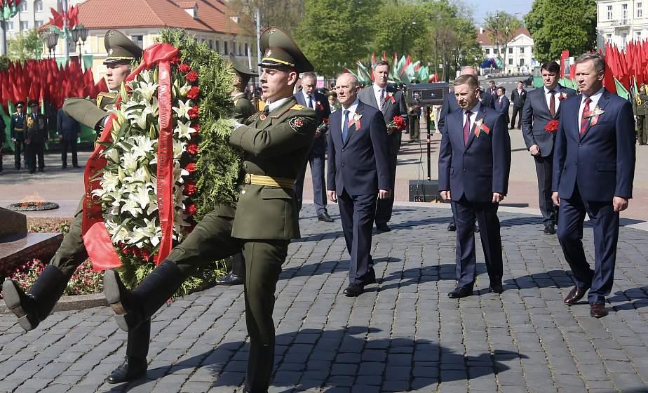 В Гродно прошла торжественная церемония возложения цветов к памятнику воинам и партизанам, погибшим в годы Великой Отечественной войны (+видео)