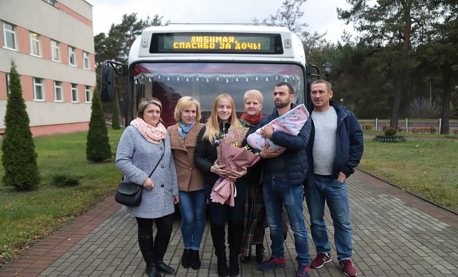 Гродненец Сергей Прасолов встречал жену из роддома на... троллейбусе (+видео)