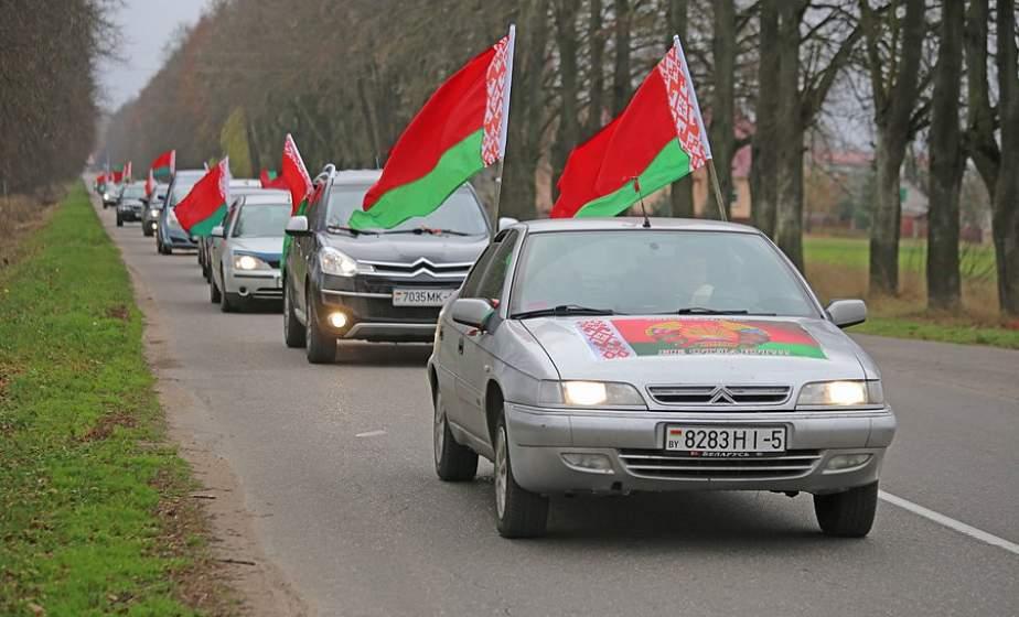 Высадка аллеи, танцевальный флешмоб и возложение цветов. В Лидском районе вновь прошел автопробег «За Беларусь!»