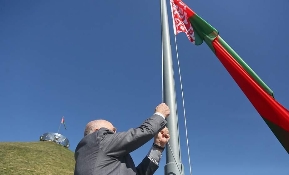 Государственный флаг подняли на Кургане Славы в Гродно. В церемонии участвовал председатель ветеранской организации Октябрьского района Владимир Тютюнник