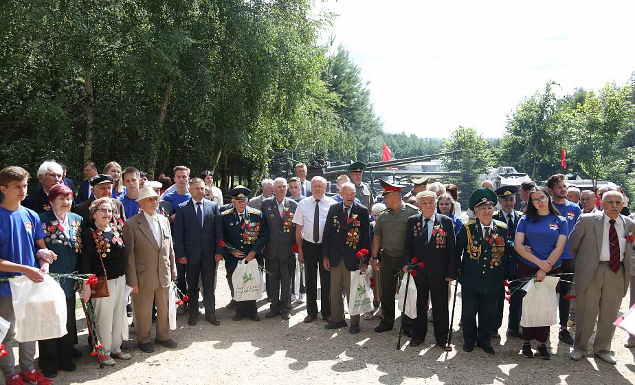 Ветераны войны, власти области, руководители предприятий и молодежь возложили цветы к памятному знаку в комплексе «Гродненская крепость – партизанский лагерь»