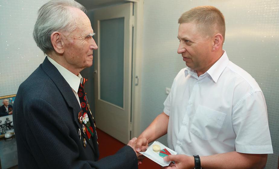 Дошел до Берлина, участвовал во встрече на Эльбе. В Гродно Юбилейную медаль вручили ветерану Виктору Атрещенкову