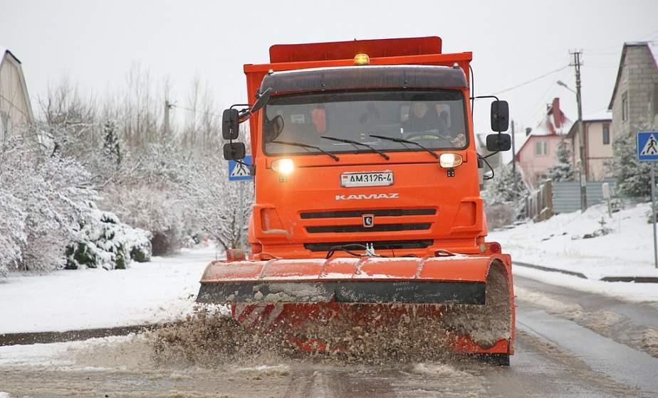 Первый снег 2021-го не застал врасплох. В Гродно на улицы вышла спецтехника (+видео)