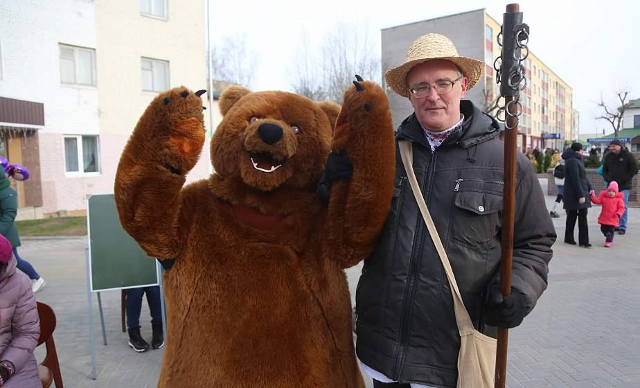 Девушки-бараночницы, дрессированный медведь и роскошная карета Огинских. Что можно было увидеть во время театрализованной прогулки по Сморгони