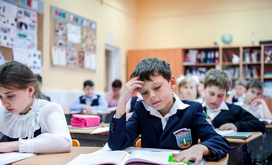 С 20 апреля в школах и гимназиях области начались учебные занятия. Они проходят в обычном режиме, но по информации главного управления образования области, имеют некоторые особенности