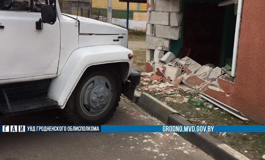 Нетипичное ДТП под Гродно: грузовик без водителя врезался в дом