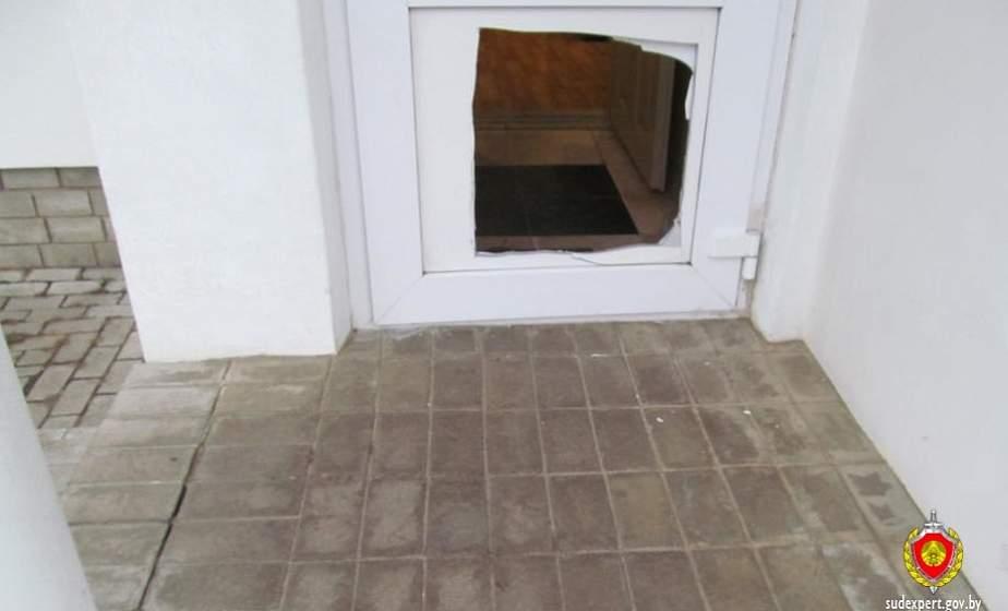 Вырезали дырку в дверях и проникли внутрь. В Щучине подростки обокрали магазин на 1000 рублей