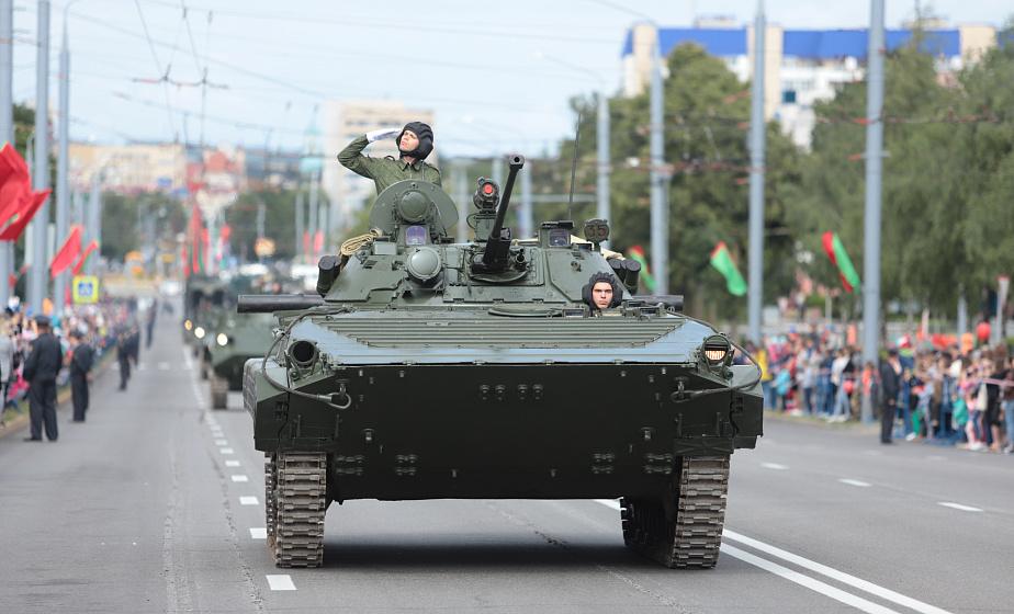 """Преемники """"Катюши"""", """"Гвоздика"""" и """"Град"""". Как проходил праздничный парад в Гродно"""