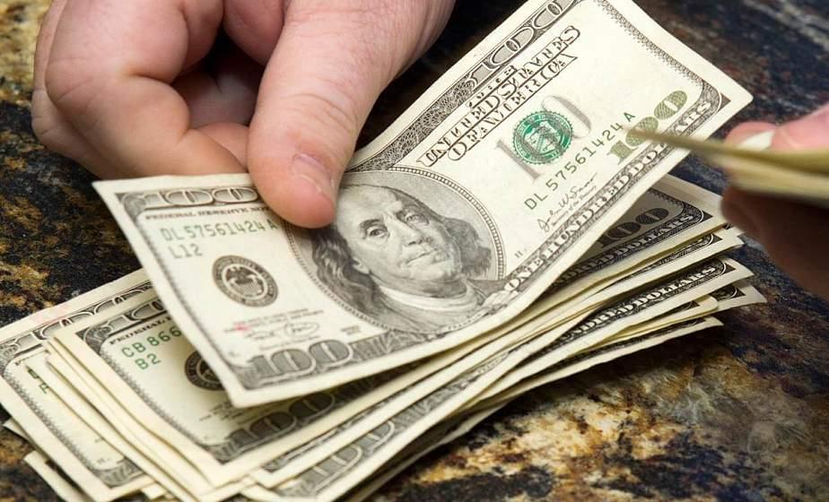 Лидчанин украл забытые на ж/д вокзале 650 долларов. Его задержали прямо в поезде