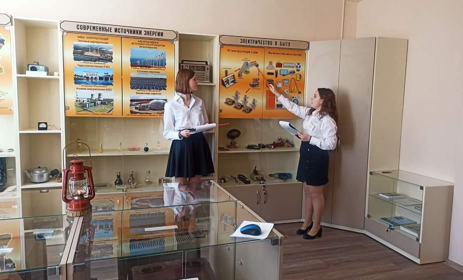 «Летучая мышь» XIX века и ламповый телевизор. В средней школе №2 в Сморгони открыли Музей электричества