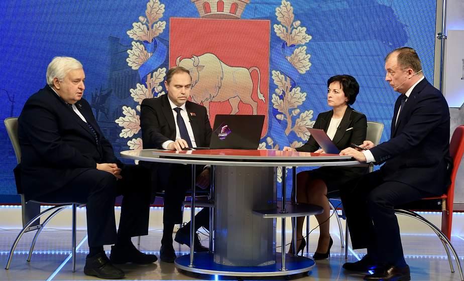 Председатель облисполкома Владимир Караник провел стрим на тему вакцинации от COVID-19. Какие вопросы прозвучали в студии? (+видео)