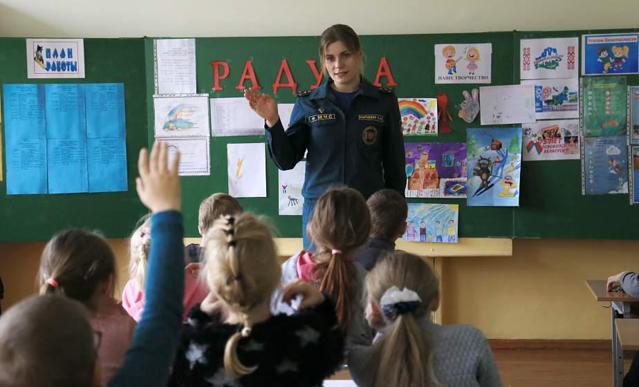 Уроки безопасности от спасателей. Как работники МЧС на каникулах проводят встречи со школьниками города