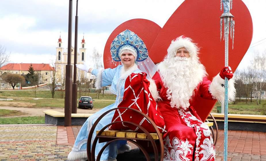 Экскурсия в музей национальных культур и прогулка по набережной. Безвизовые Дед Мороз и Снегурочка оказались в Ивьевском районе (ОБНОВЛЕНО)