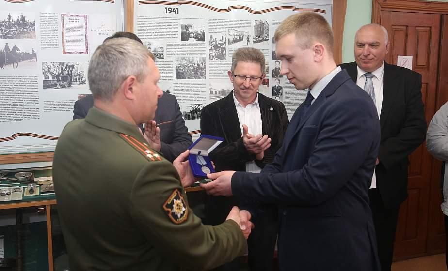 Память, продленная на поколения. В Гродно боевую награду вручили правнуку фронтовика Николая Манкевича