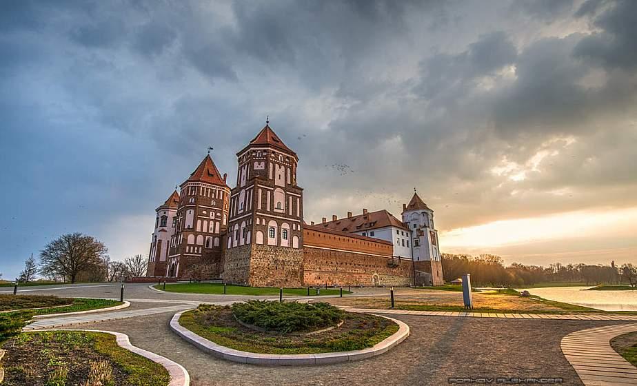 В Мирский замок передали 100-летний ручник белорусской ткачихи, который побывал в Польше, Германии и США