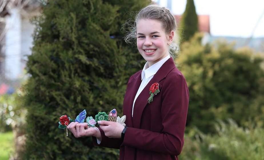 Сейчас это самый тренд. Как 14-летняя Диана Скорб из Щучинского района делает эксклюзивные броши из бисера