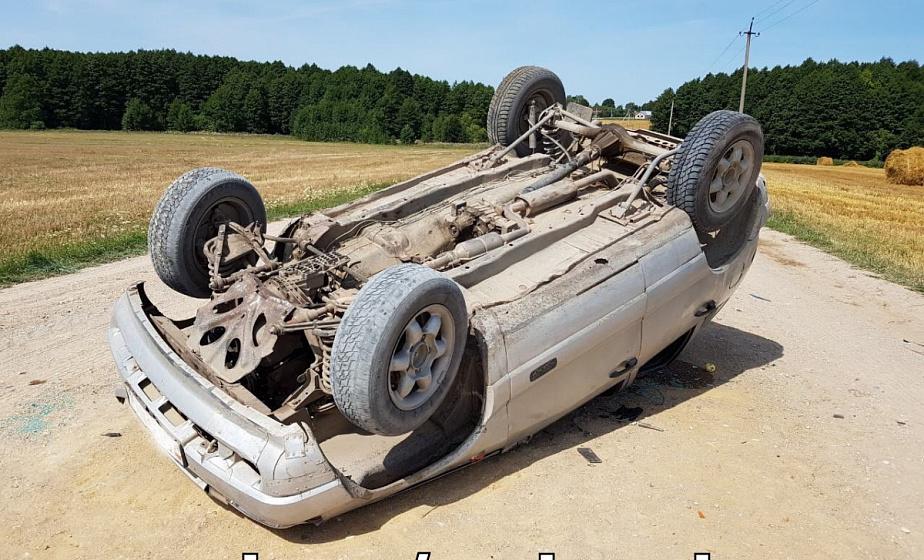 В Вороновском районе при движении по гравийке опрокинулся автомобиль. Пассажир с травмами госпитализирован