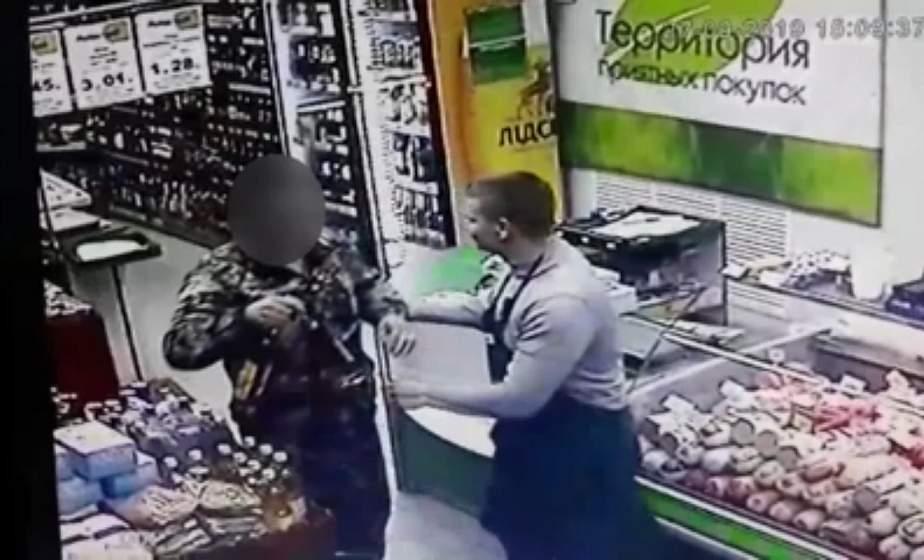 В Лиде мужчина похитил две бутылки коньяка. Похитителя задерживали со служебной собакой
