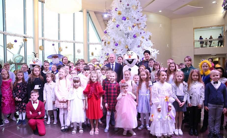 Лазерное шоу и волшебство на главной сцене региона. Областной новогодний утренник собрал более тысячи детей со всей Гродненщины