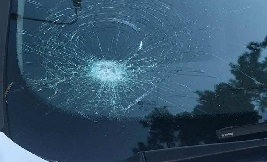 Разворот не туда. Житель Кореличского района просто так разбил стекло в автомобиле