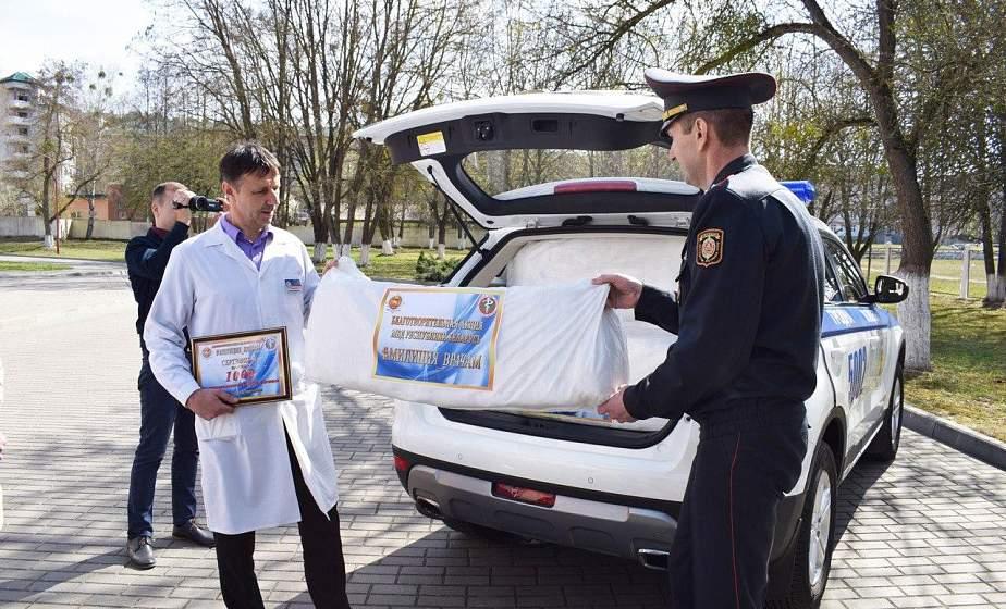 «Милиция врачам». УВД Гродненского облисполкома передали в областную инфекционную больницу тысячу защитных комбинезонов